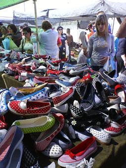Comprar zapatos en el Mercadillo de Granada